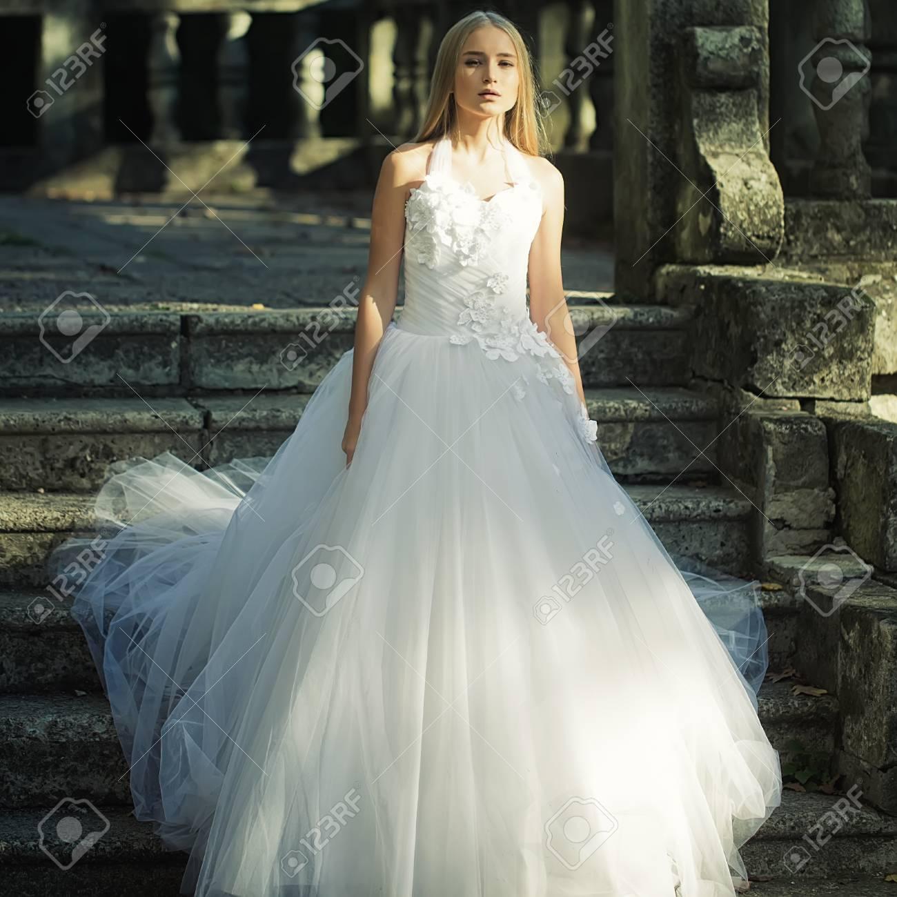 Recht Sinnliches Nachdenkliche Junge Braut Mädchen Mit Langen ...
