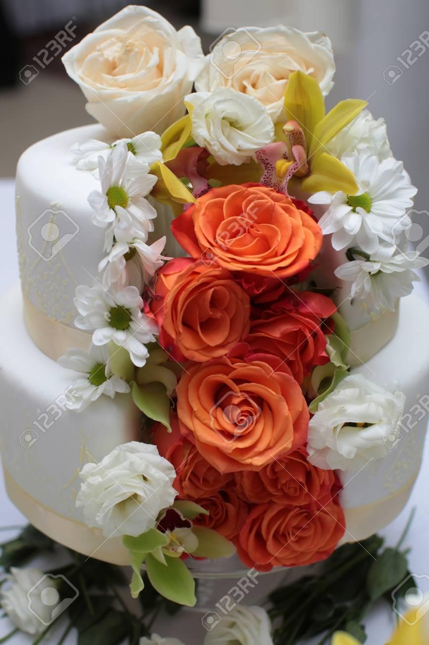 Gateau De Mariage Traditionnel D Anniversaire Elegant Dessert Sucre Delicieux Deux Couches Decoree De Roses Creme Au Beurre