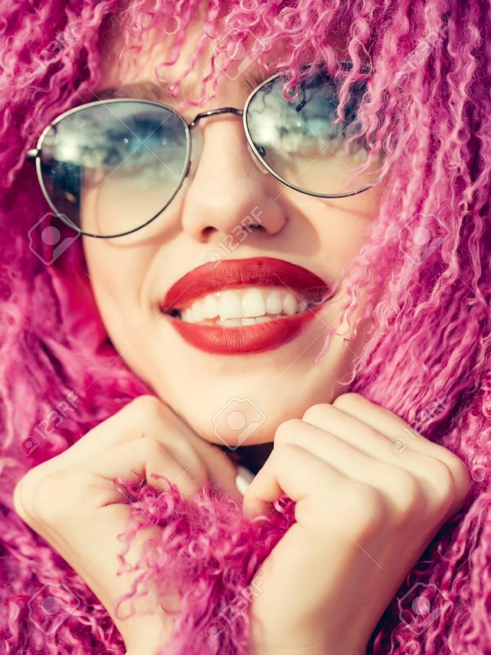 Retrato Peluca Bonita Estilo De En Y Gafas Mujer Moda Con Sol rCtshQdxB