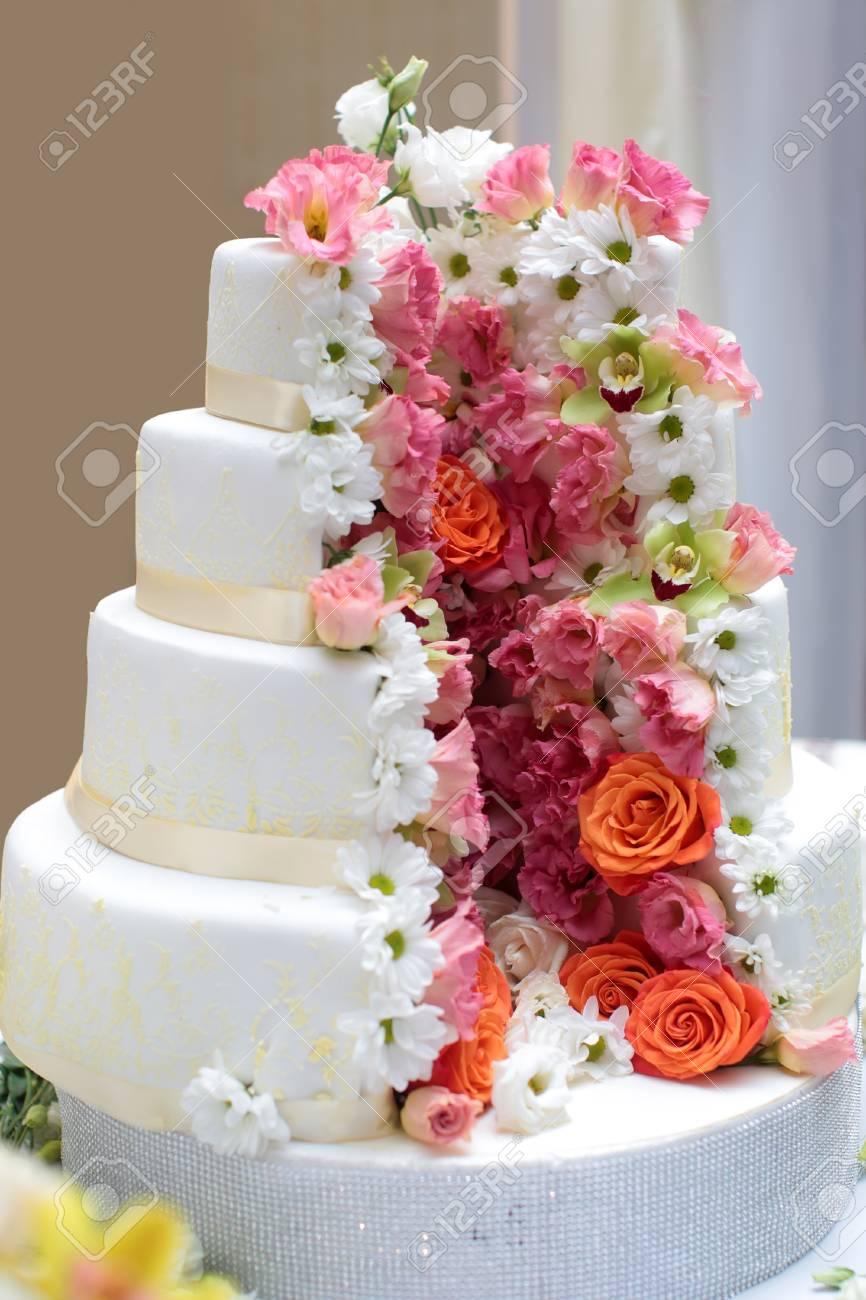 Gateau Traditionnel Anniversaire Anniversaire Mariage Quatre Couches Beau Delicieux Dessert Sucre Decore De Fleurs Roses Beurre Creme Sur Fond Flou