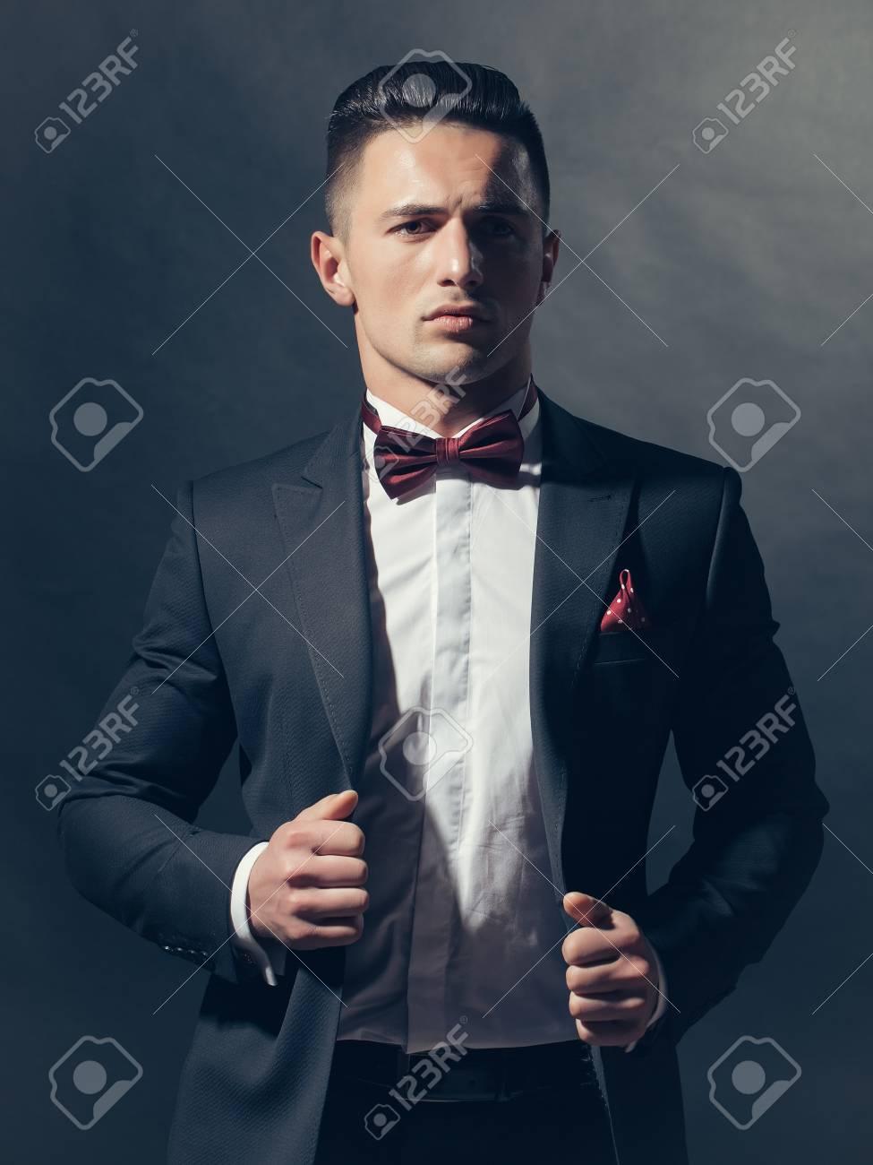 Banque d images - Jeune homme gentil à la mode costume noir chemise blanche  et cravate au studio df137a547b6