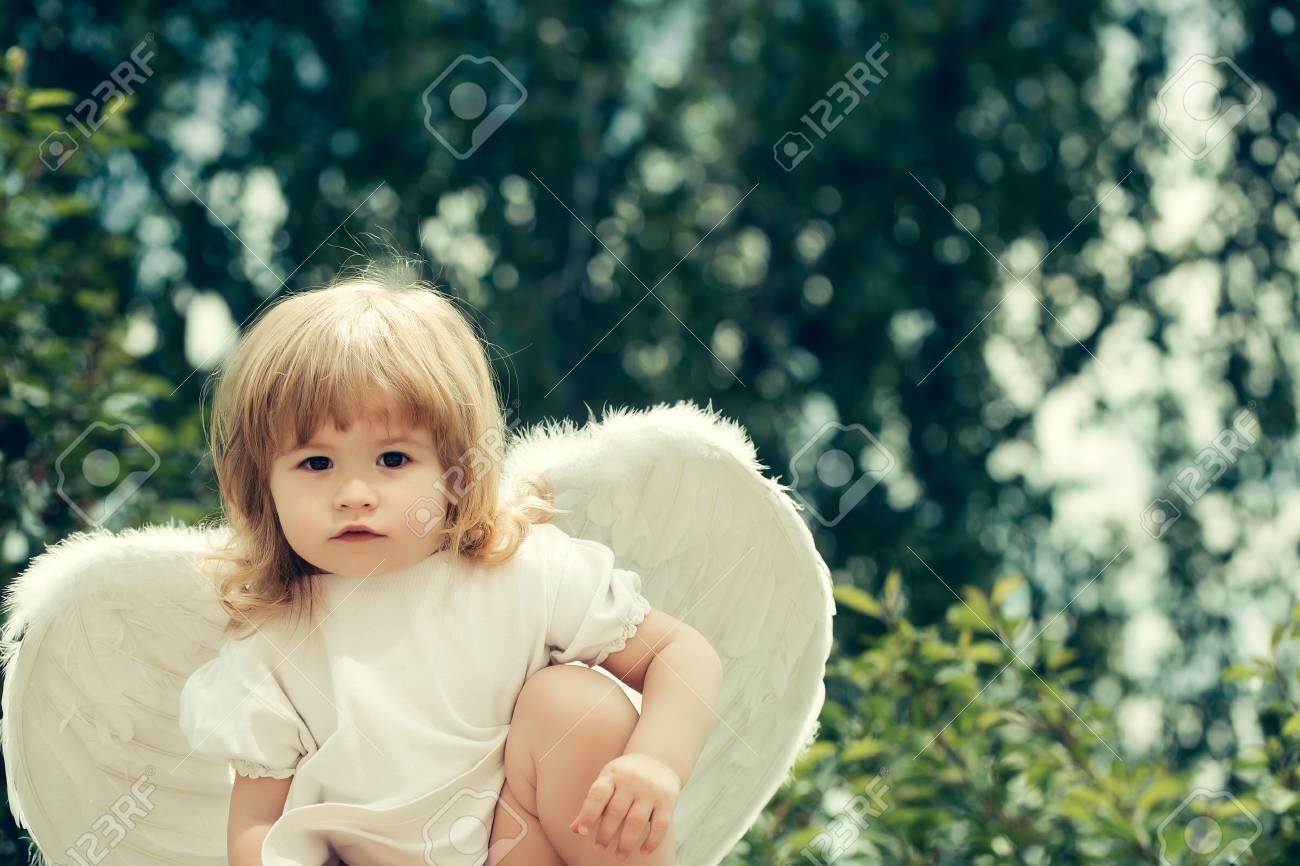 小さな天使に扮したかわいい女の子 の写真素材画像素材 Image 57335907