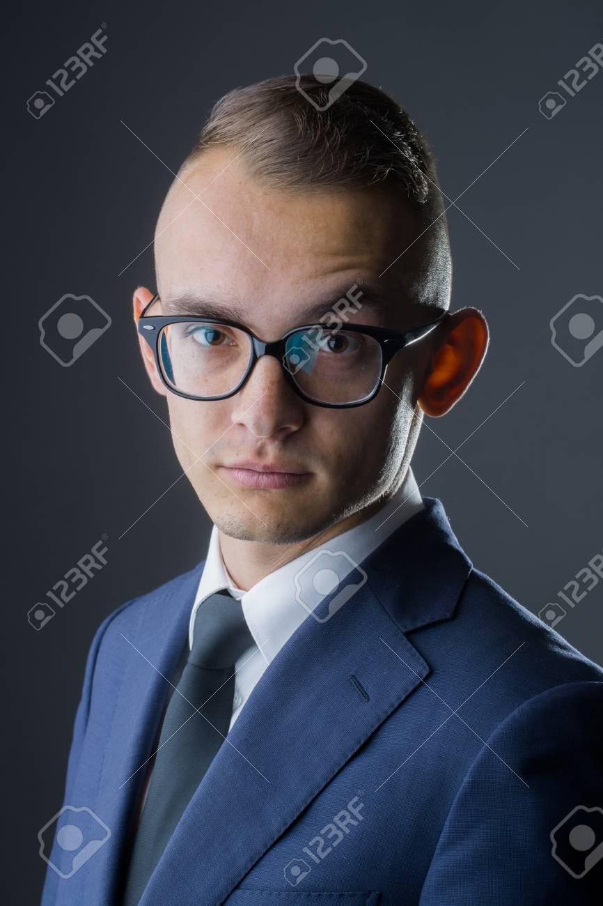 Hombre De Negocios De Moda Joven Con Gafas De Empollon Y Peinado Con