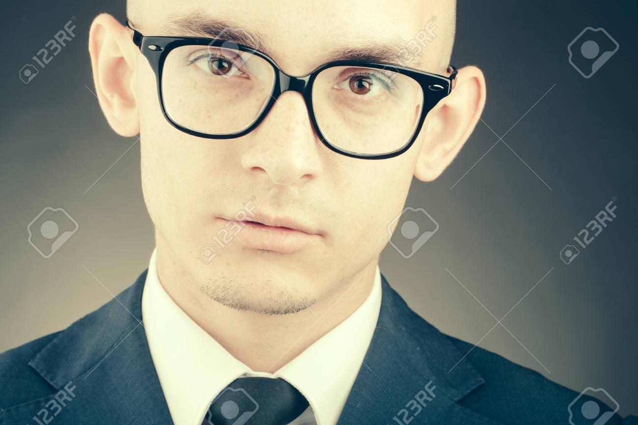 Homme D Affaires De Mode Jeune Avec Lunettes Nerd Et Coiffure
