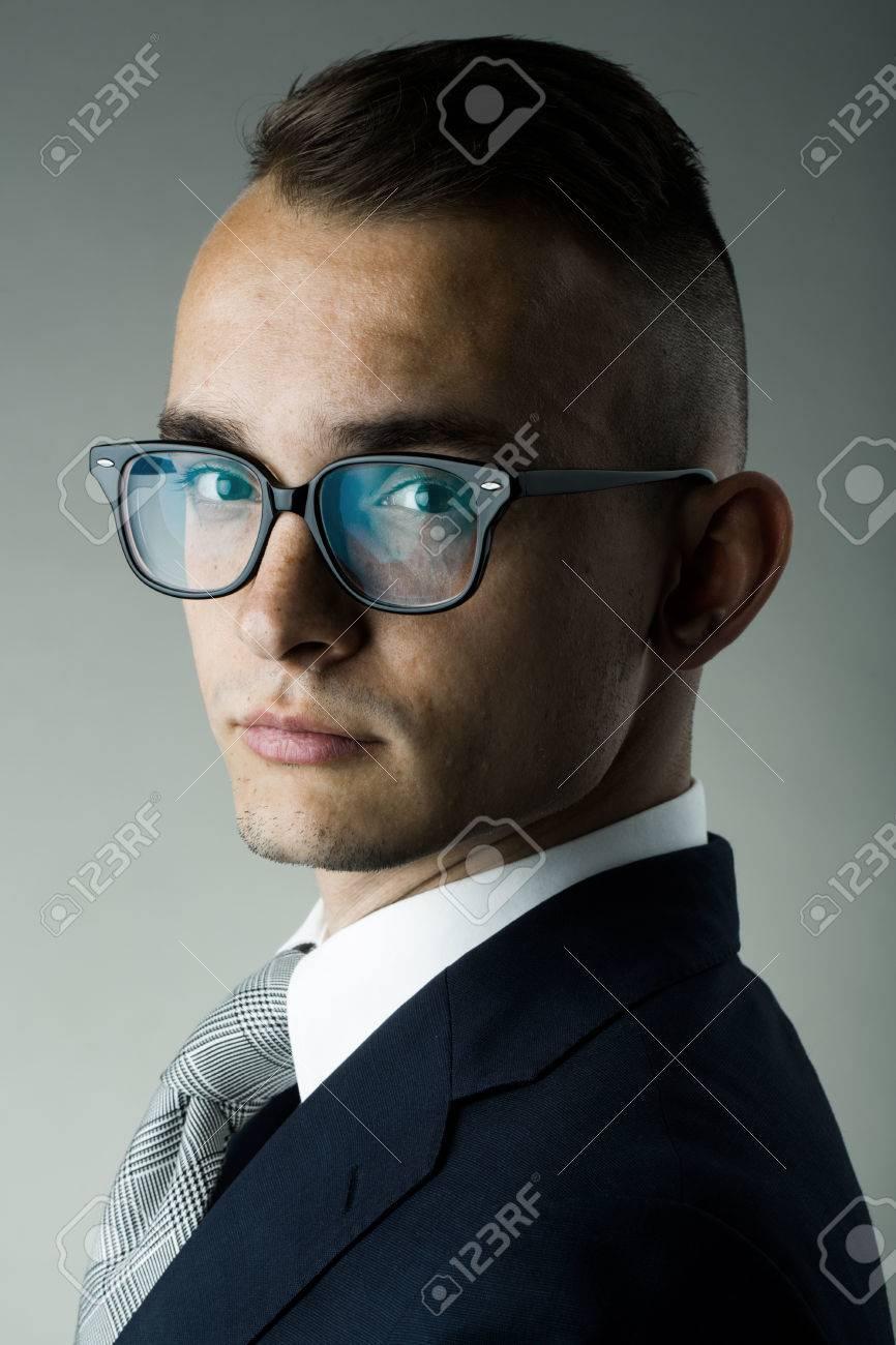 Homme D Affaires Mode Jeune Avec Lunettes Nerd Et Coiffure Elegante