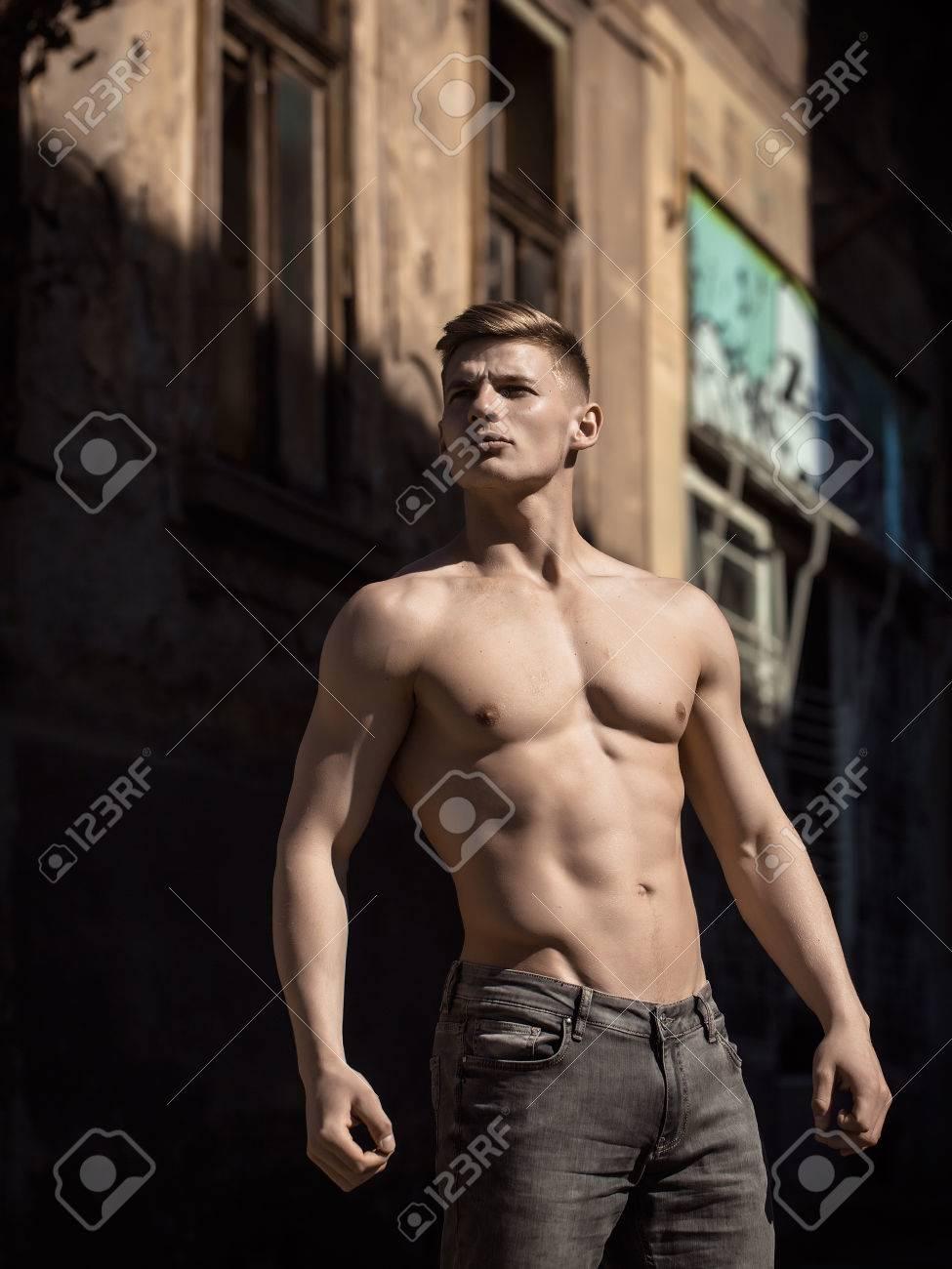 L Homme Nu Torse Pose Jeune Modele Sexy En Jeans En Plein Air Pres De Batiment Journee Ensoleillee En Plein Air Banque D Images Et Photos Libres De Droits Image 58097922