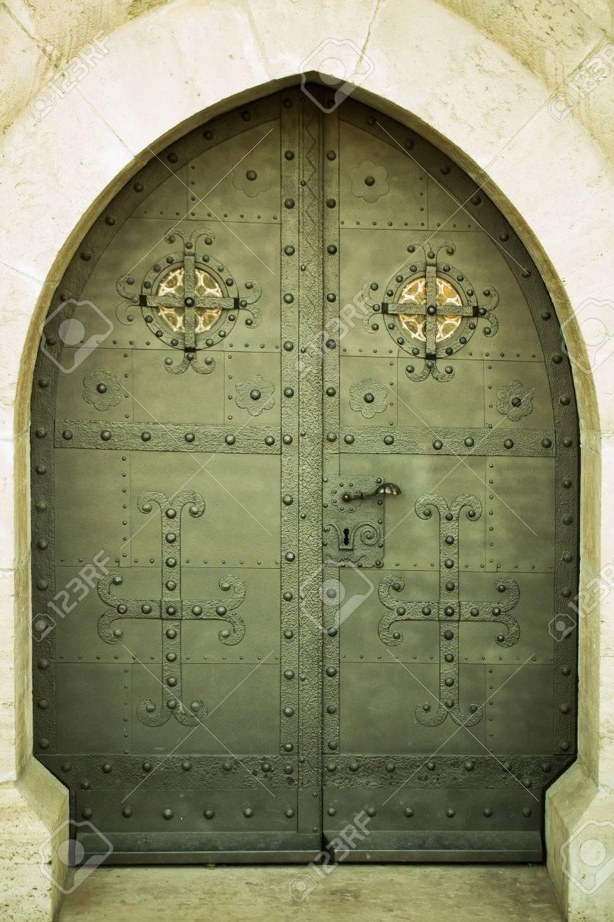 Mittelalterliche Schwere Starke Metalltür Mit Bogen Gotischen Rahmen ...
