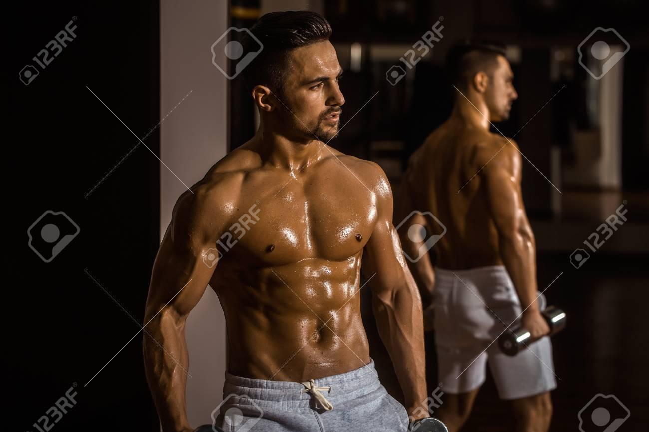 beau jeune homme avec corps torse nu musclé torse et la poitrine de