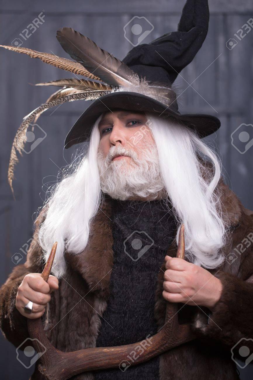 D'oiseaux Vieil Bois Des Plumes Homme Mains Avec Druid De Barbe Grise Chapeau Et Cerf Dans Longue Manteau Chasseur Fourrure À Cheveux Les E29DHWI
