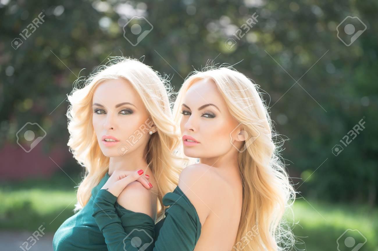 Jóvenes Mujeres Atractivas Con Mucho Exuberante Pelo Rubio Rizado Y