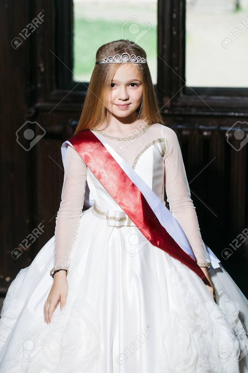 Kleine Mädchen Kind Mit Langen Blonden Haaren Und Ziemlich Glücklich ...