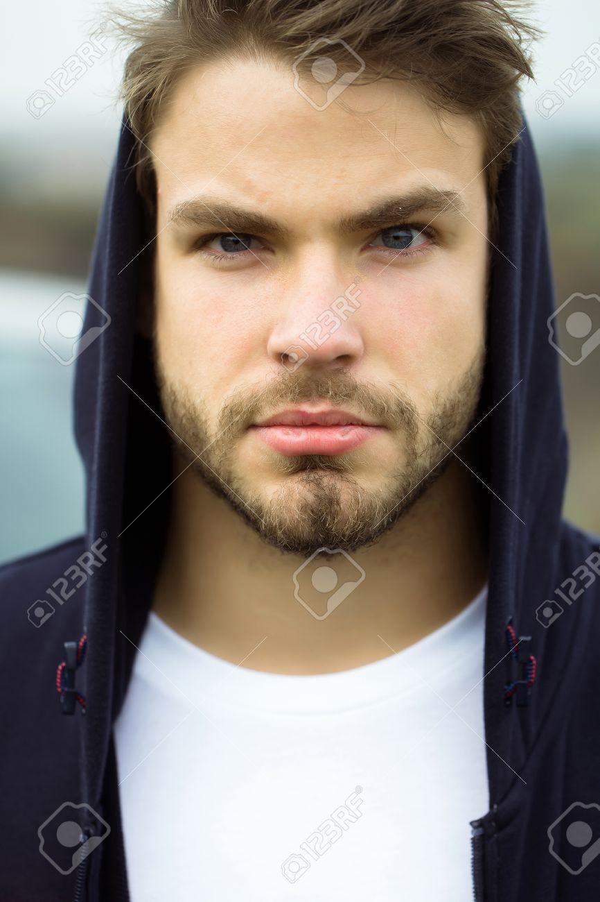 Junger Mann Mit Dem Bärtigen Ernsten Gesicht Braunen Haaren Und