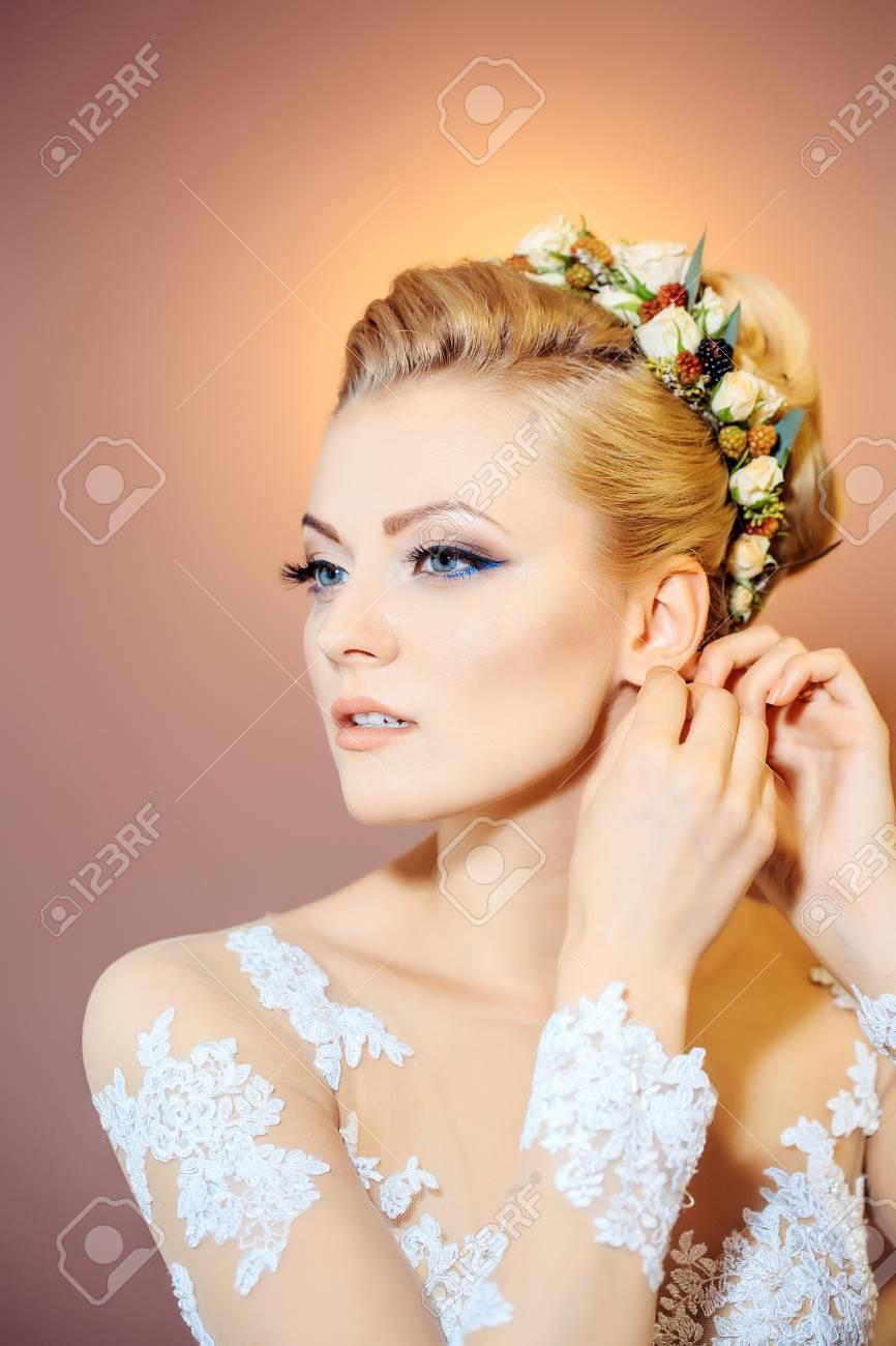 Junge Sexy Frau Oder Ein Mädchen Braut Mit Blumen Im Stilvollen ...