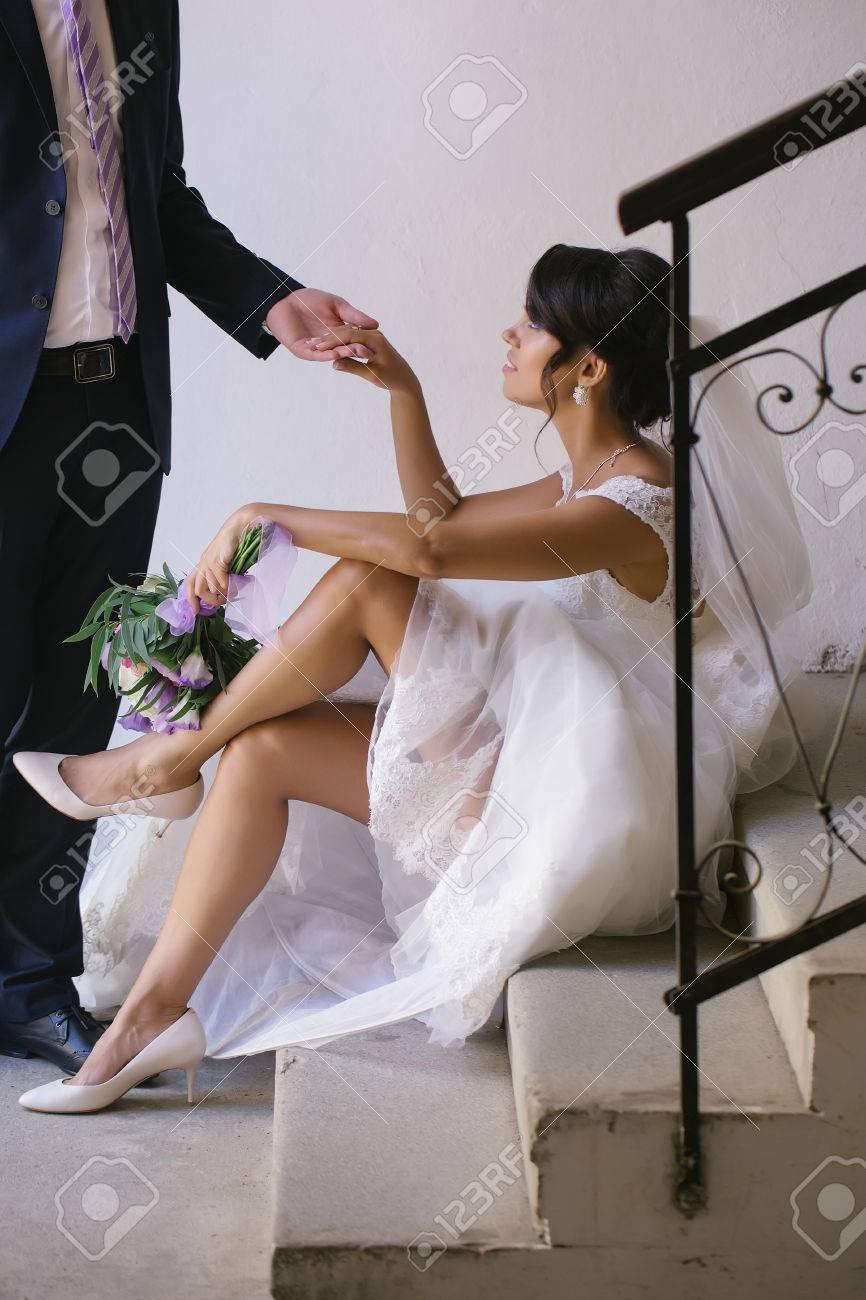 Eleganter Brautigam Mann Halt Die Hand Der Schonen Braut Frau Mit Sexy Beine In Weissen Brautkleid Und Schleier Mit Blumenstrauss Sitzt Auf Treppe Lizenzfreie Fotos Bilder Und Stock Fotografie Image 63859407