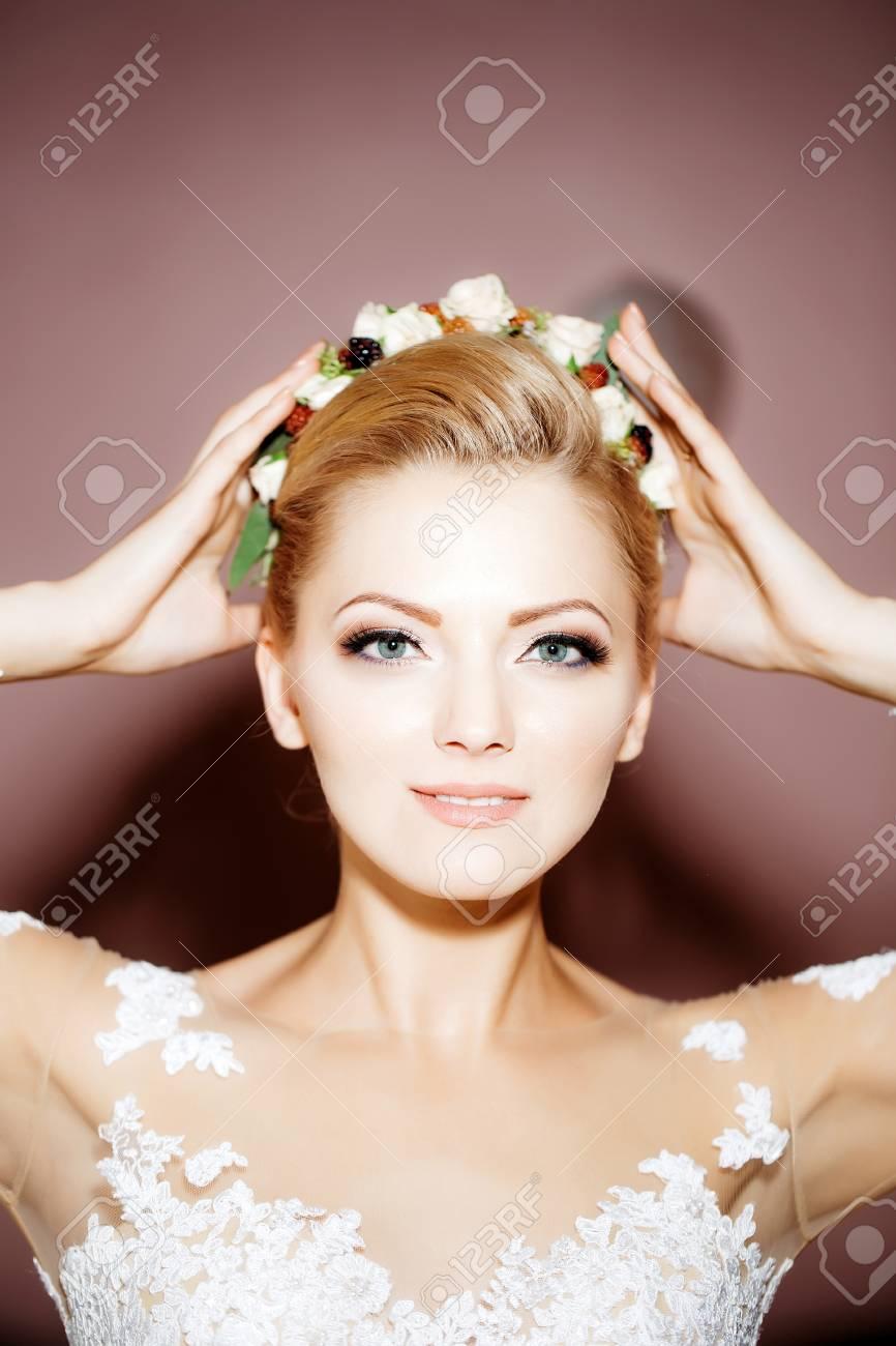 Junge Frau Oder Ein Mädchen Braut Mit Blumen Im Stilvollen Blonden ...