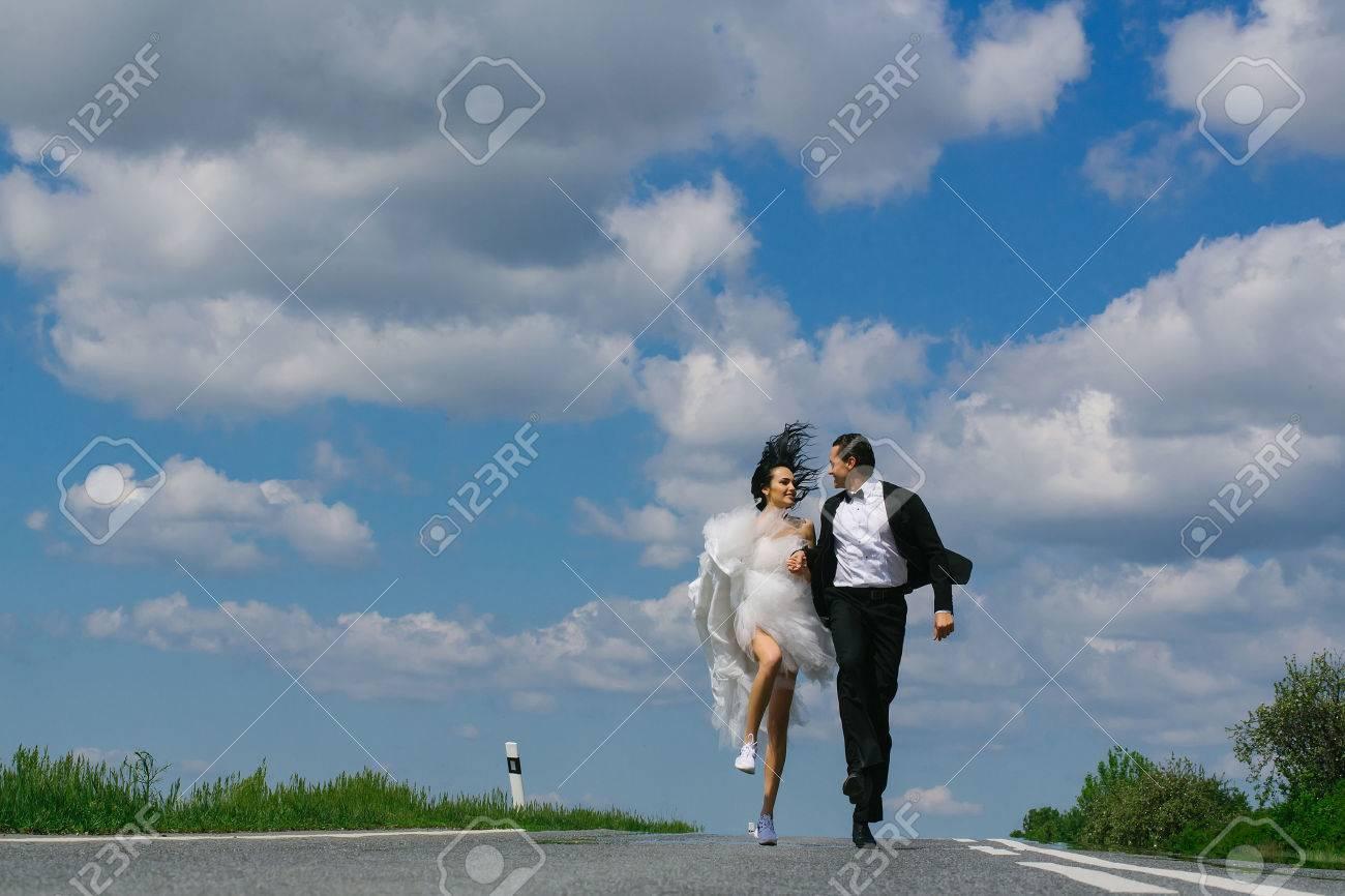 Junge Hochzeit Glücklich Paar Mädchen Mit Brünetten Haaren Und ...