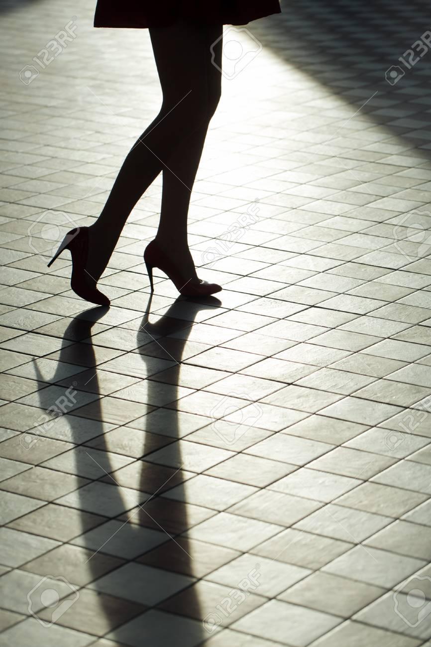 Piernas Femeninas En Los Zapatos De Moda De La Silueta. Belleza Y ...