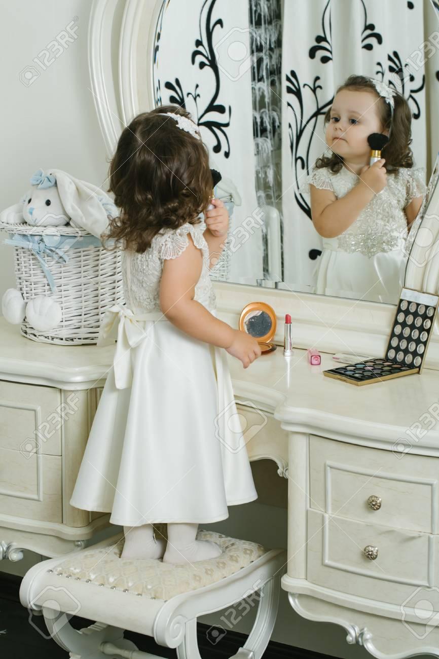 761554c7b1627 Adorable petite fille avec une brosse en poudre. fille bébé mignon applique  la poudre devant
