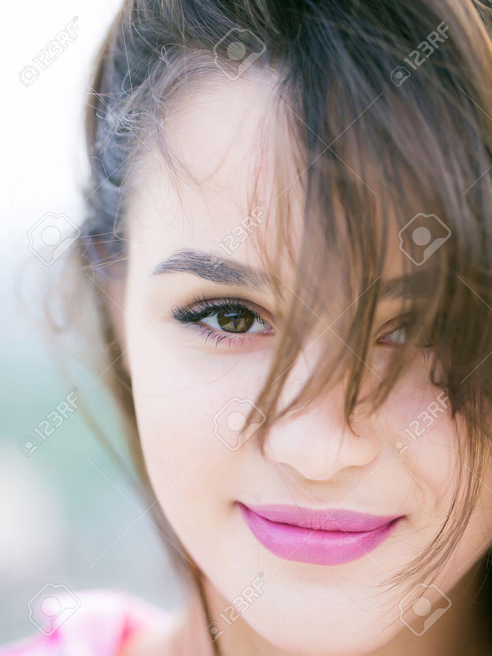 Junge Frau Brünette Mit Ziemlich Süß Gesicht Braune Augen Mode