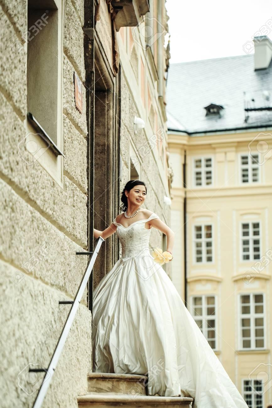 Hübsches Mädchen Braut Junge Chinesische Frau Im Langen Weißen ...