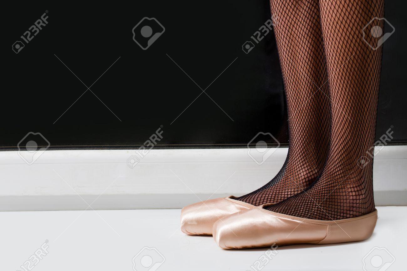 9cf2029dd Delgadas piernas femeninas pies de bailarín o bailarina en zapatillas de  ballet sexy y medias de red negras pantimedias soporte de la ropa interior  ...