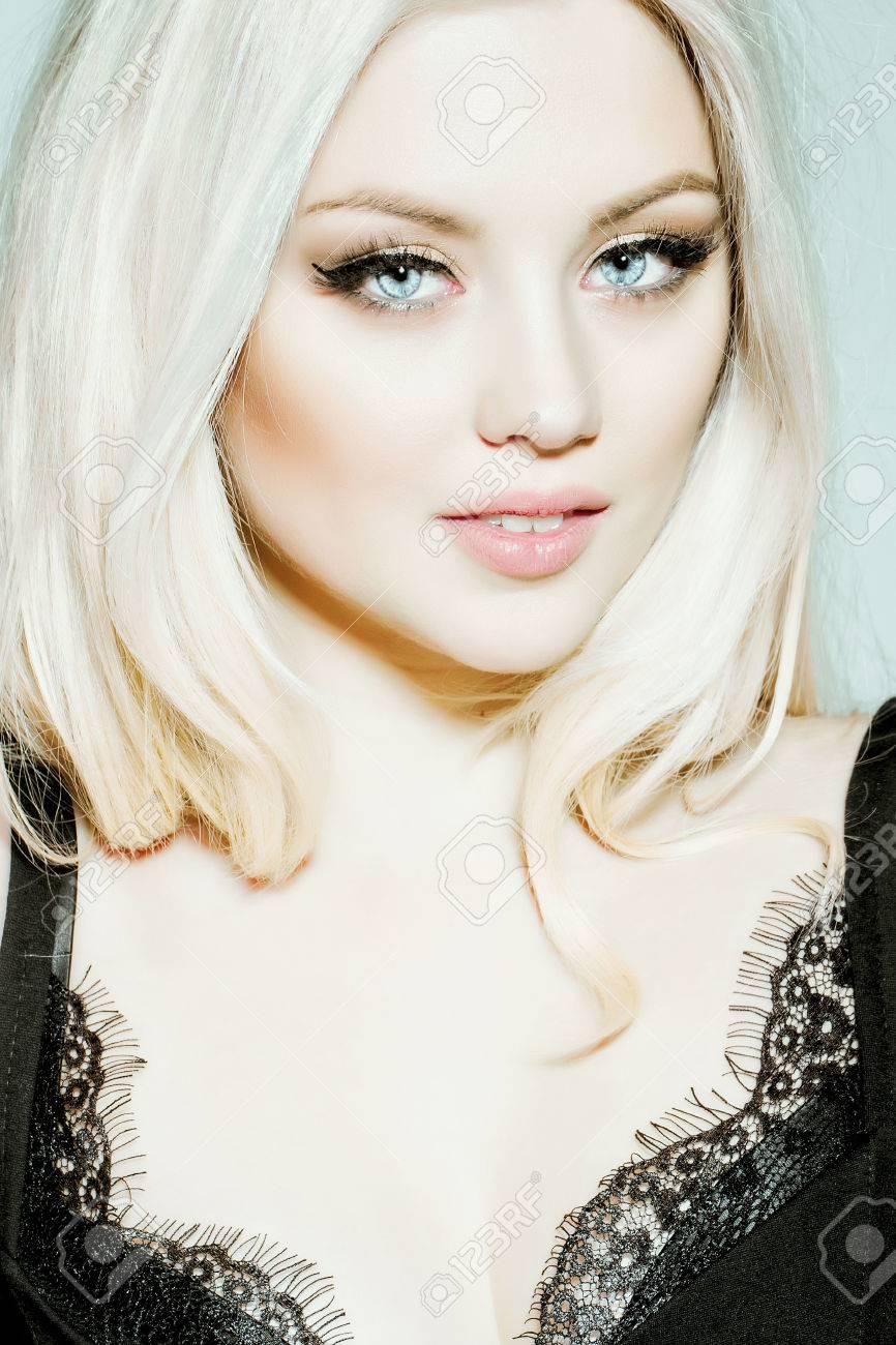 jolie fille ou portrait de femme mignonne avec de longs cheveux