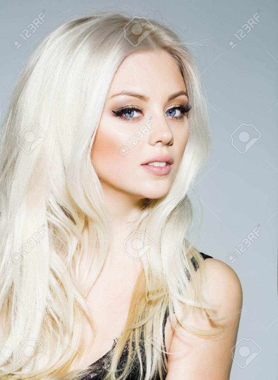 Jolie Fille Ou Mignonne Femme Sexy Avec De Longs Cheveux Blonds De
