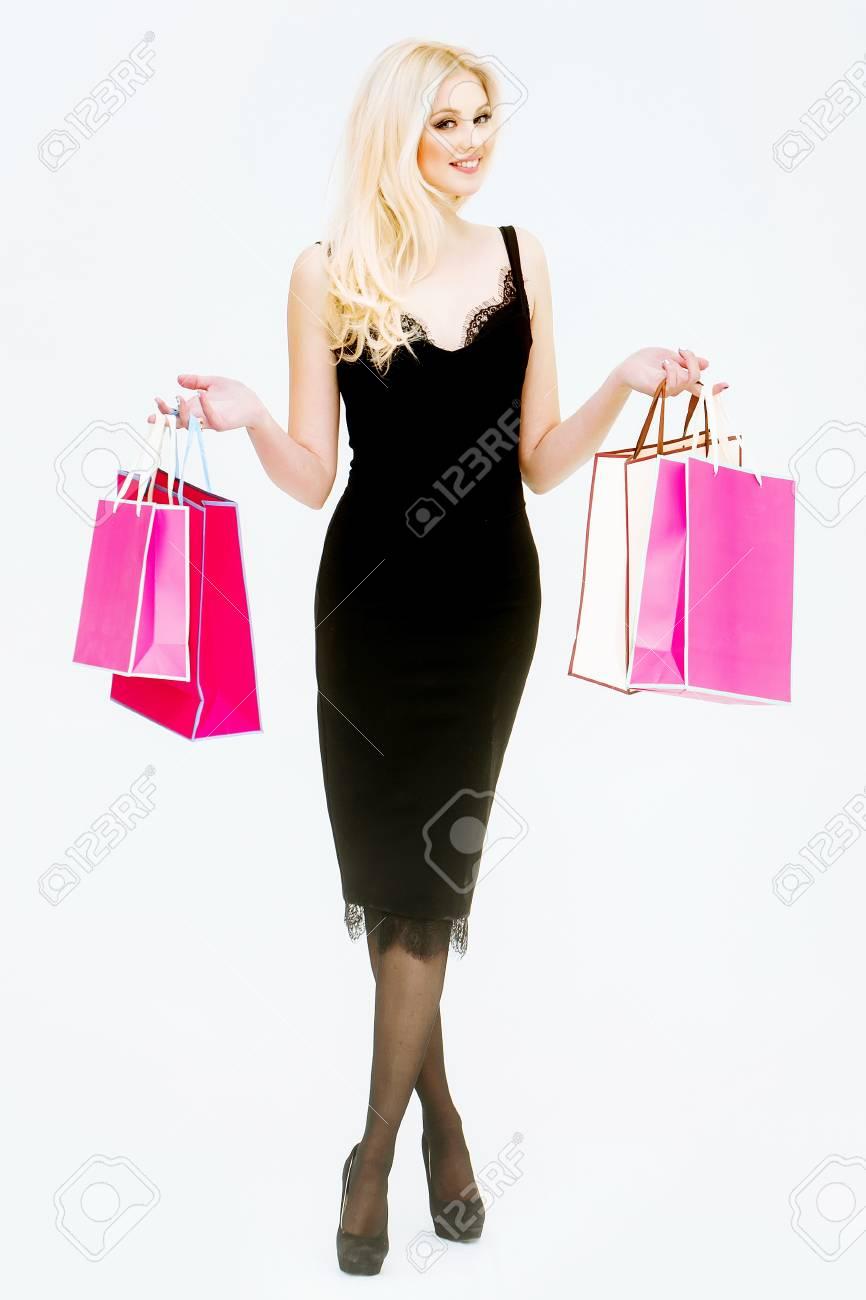 Vestido negro con zapatos rosa
