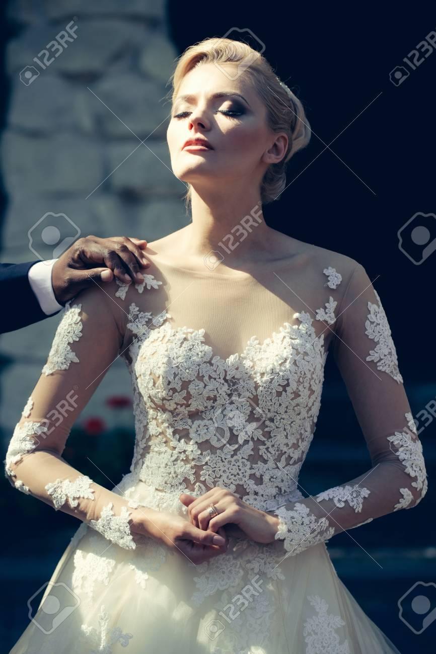 Hübsches Mädchen Oder Nette Braut Mit Schönen Make-up Und Blonden ...