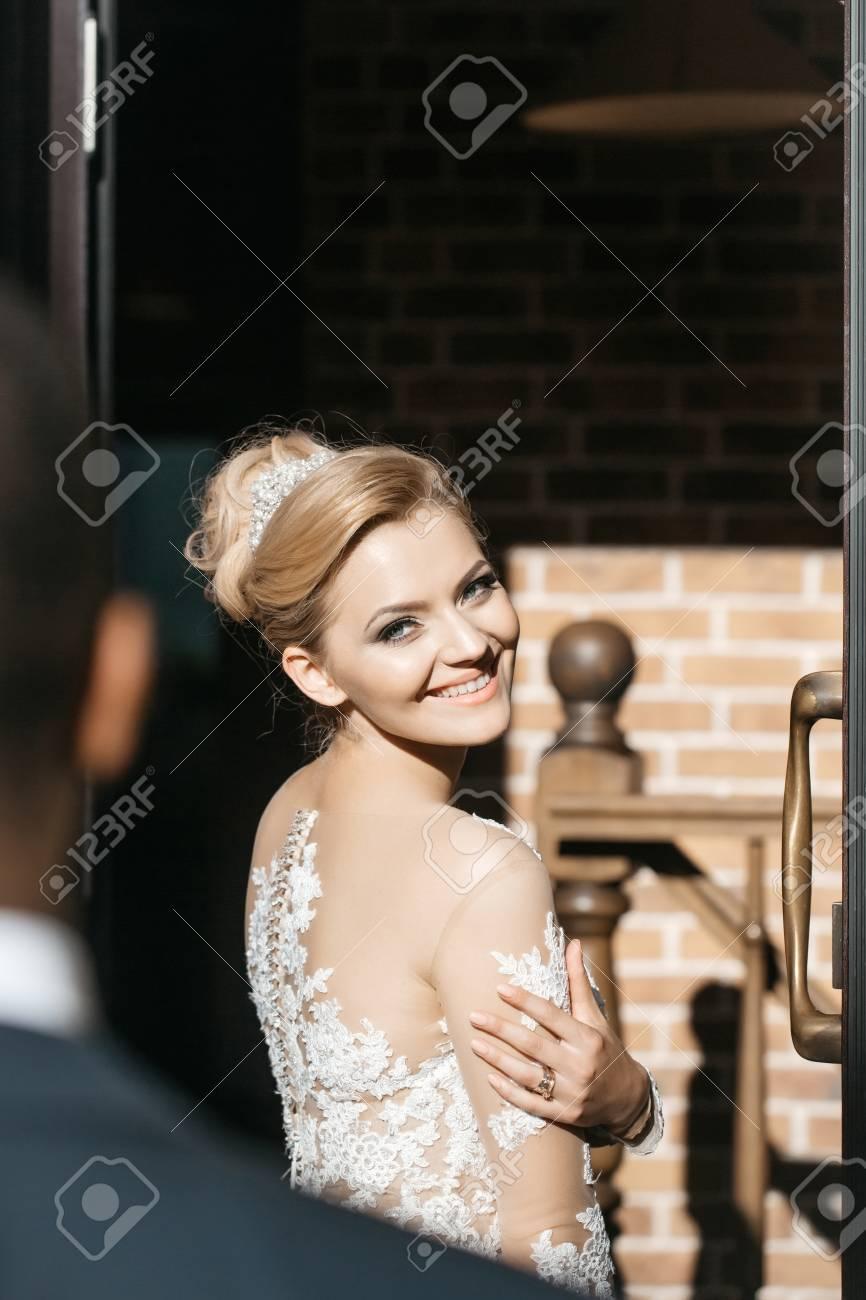 Glückliches Hübsches Mädchen Oder Nette Braut Mit Schönen Blonden ...