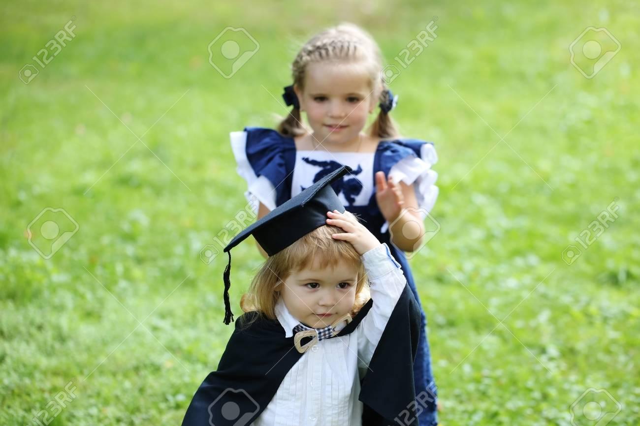 Nettes Kleines Mädchen Mit Langen Haaren Im Blauen Kleid Verband