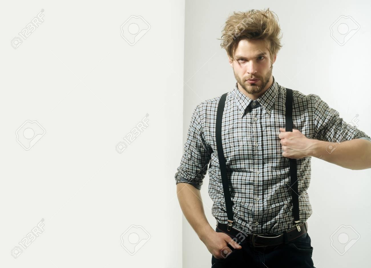Bel Homme Ou Macho Avec La Barbe Et Les Cheveux De Style Coupe De Cheveux En Chemise A Carreaux Un Jean Avec Des Bretelles Sur Fond Blanc La Coiffure Et De La