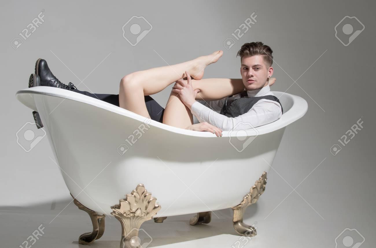 mann nackt in der wanne