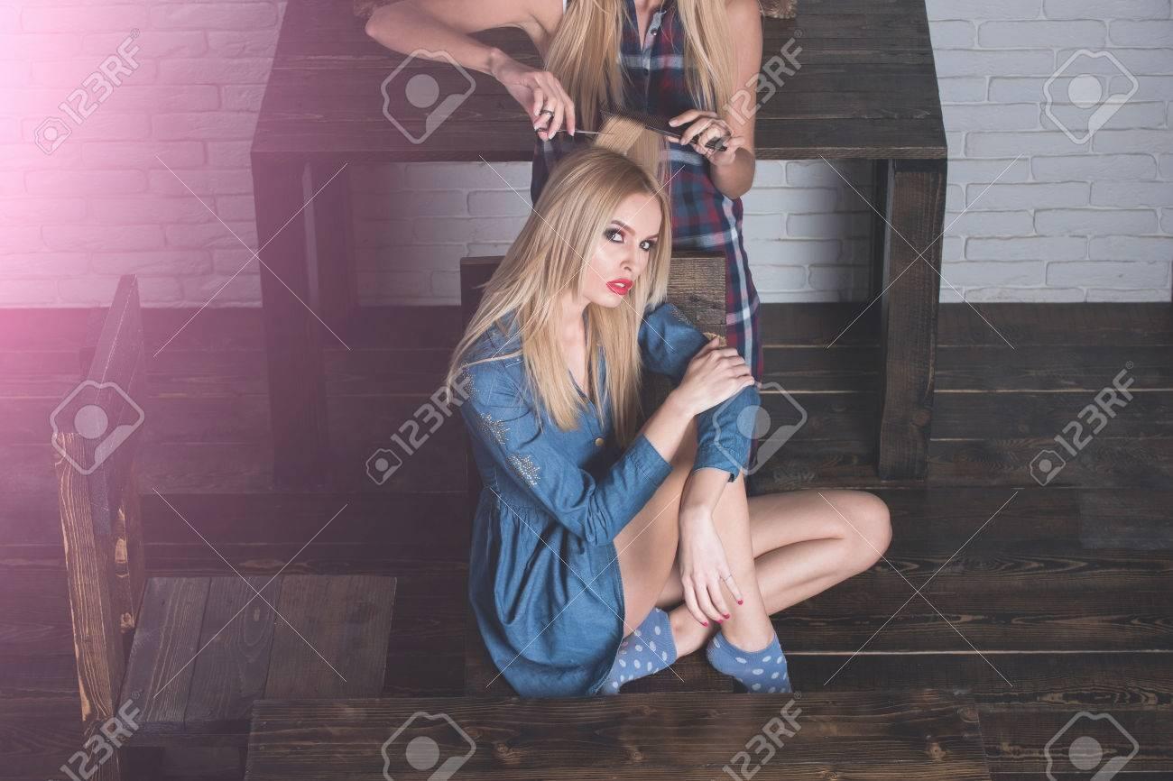 Peinado Hermosas Dos Rubias Chicas Sexy Maquilladora Pelo Atractivas Mujeres Jóvenes Posando En Piso De Madera