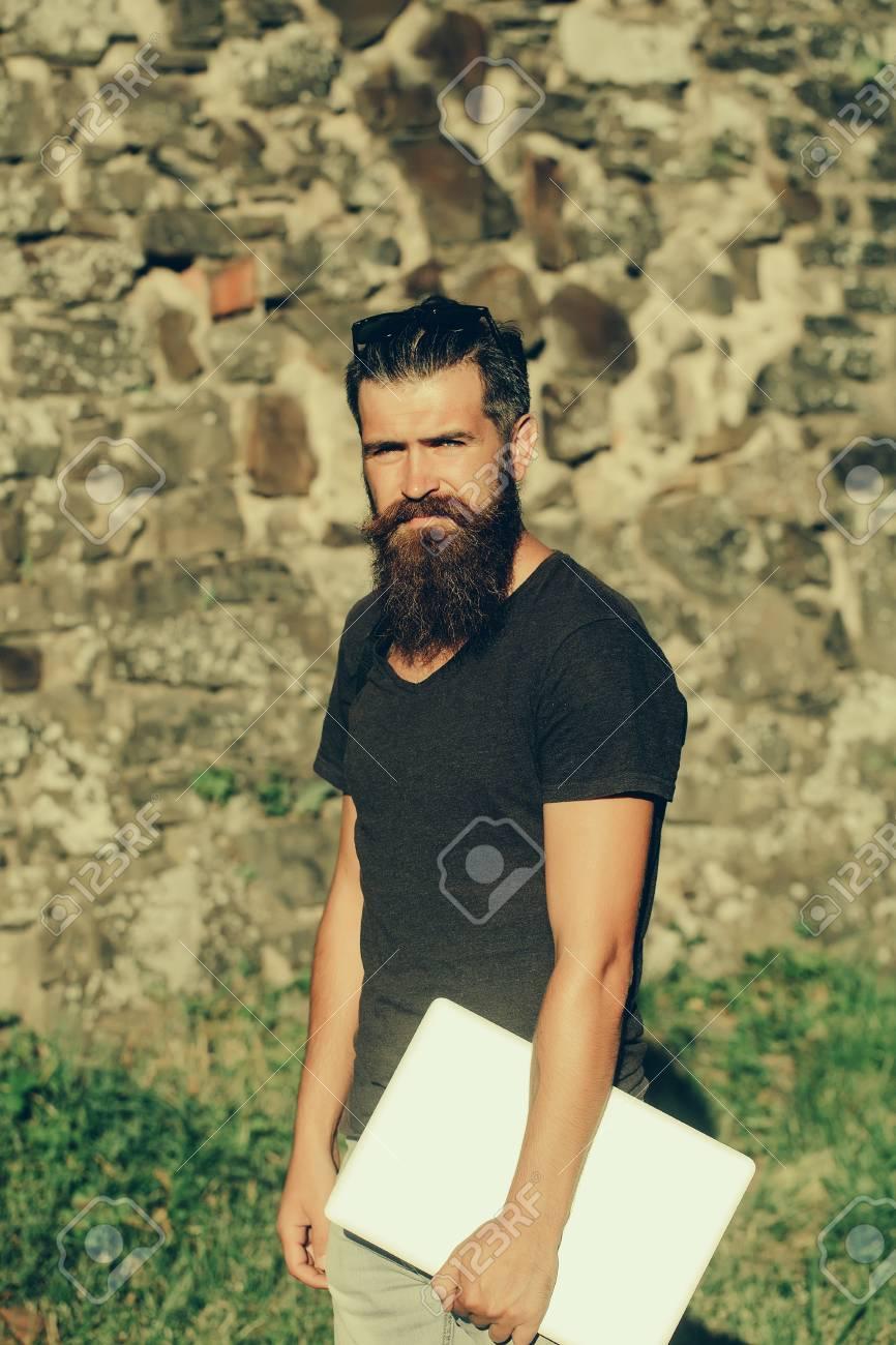 Camiseta De Color Soleado GrisEquipoEn Negro Barbudo Portátil Hombre Barba LargaBrutalGuapoCaucásico Hipster Ordenador Con Pie mw8n0Nv