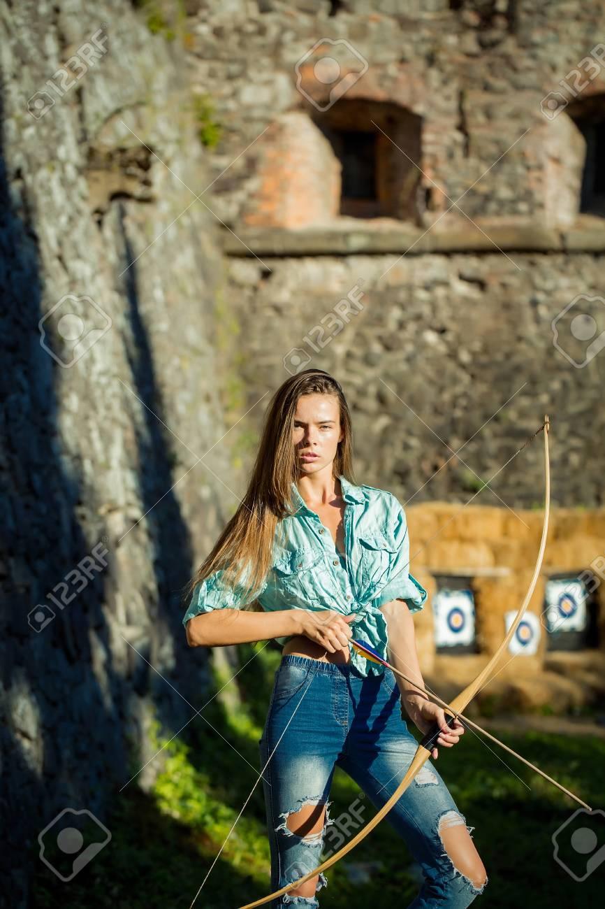 Participa en un torneo de tiro con arco.