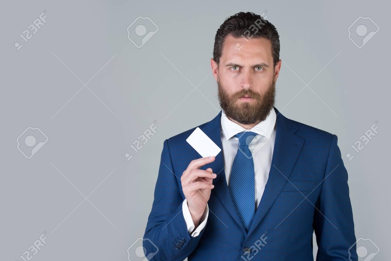purchase cheap 3ec78 c9597 Avvocato o uomo con attività o carta di credito in abito blu formale su  sfondo grigio, copia spazio, etica aziendale