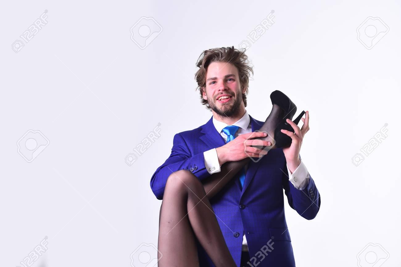 Junge Frau Mit Sexy Beinen Und Glücklicher Mann In Der Klage, In Der ...