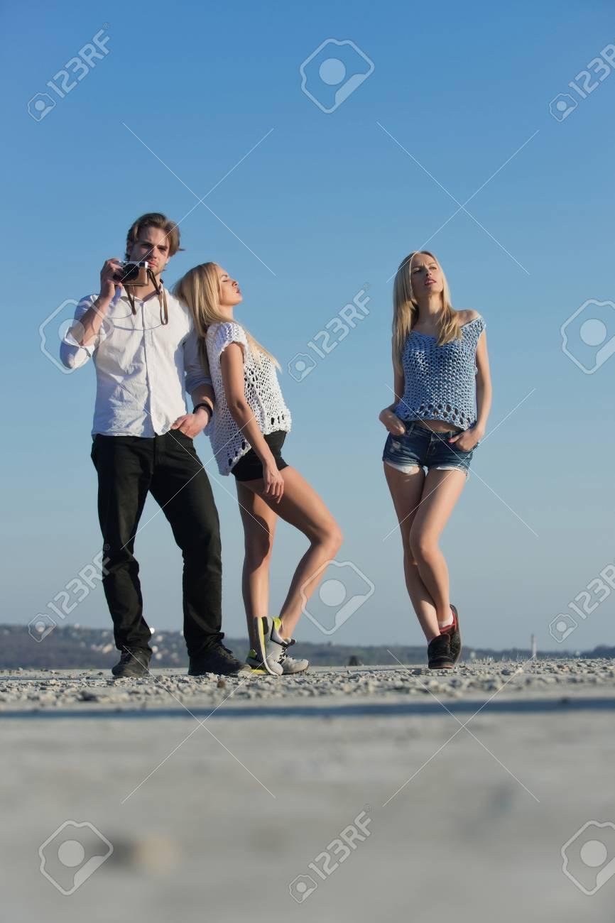 Hombre O Fotógrafo Con Cámara Y Mujeres Bonitas O Chicas Sexys Modelos Femeninos De Moda Posando En Un Día Soleado En El Cielo Azul Idílicas