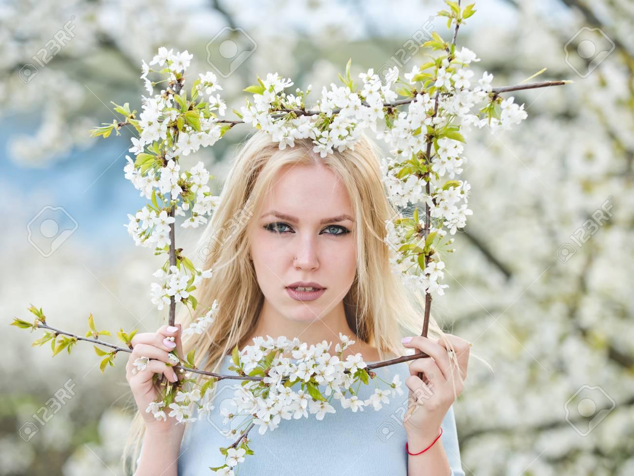 Primavera, Niña Cerca De Un árbol Con Flores Con El Marco De La Flor ...