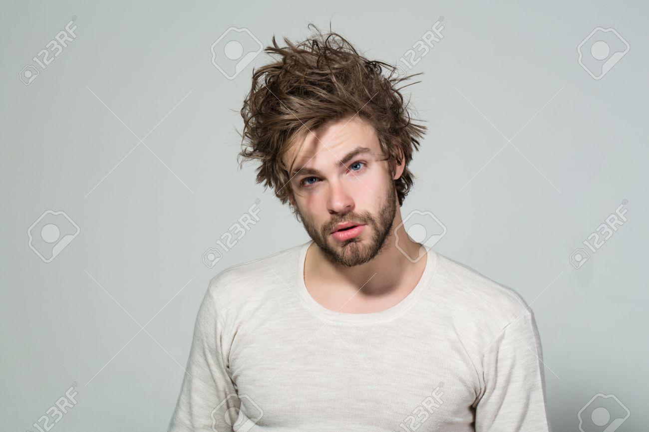 Schläfrig Mann Mit Zerzaust Und Uncombed Lange Haare Mit Bart Auf