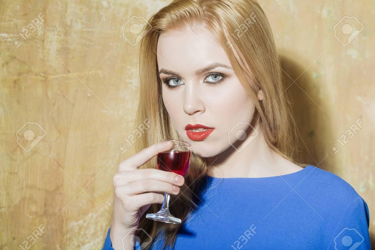 Mädchen Trinken Glas Roter Likör Frau Mit Blonden Langen Haaren