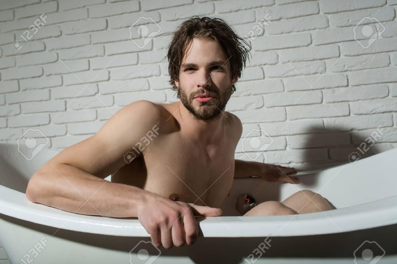 Uomo In Vasca Da Bagno.Ragazzo Seduto In Vasca Da Bagno Igiene E Sanita Bagno E Comodita Domestica Spa E Relax Uomo Con Corpo Muscoloso In Bagno