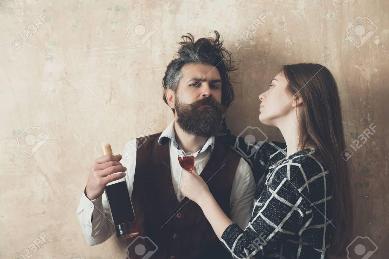 Frau Mit Glas Blick Auf Mann Mit Flasche Wein Mädchen Mit Langen