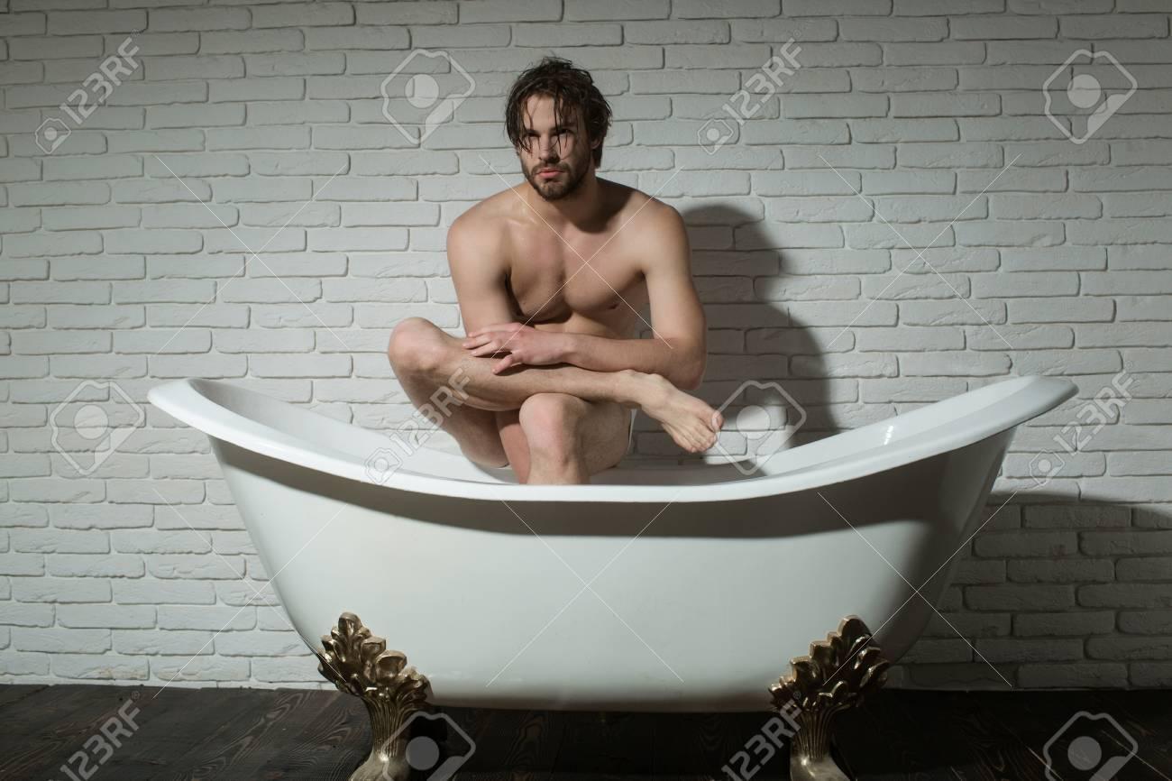 Uomo In Vasca Da Bagno.Bagno E Comodita Domestica Spa E Relax Igiene E Assistenza Sanitaria Uomo Con Corpo Muscoloso In Bagno Ragazzo Seduto In Vasca Da Bagno