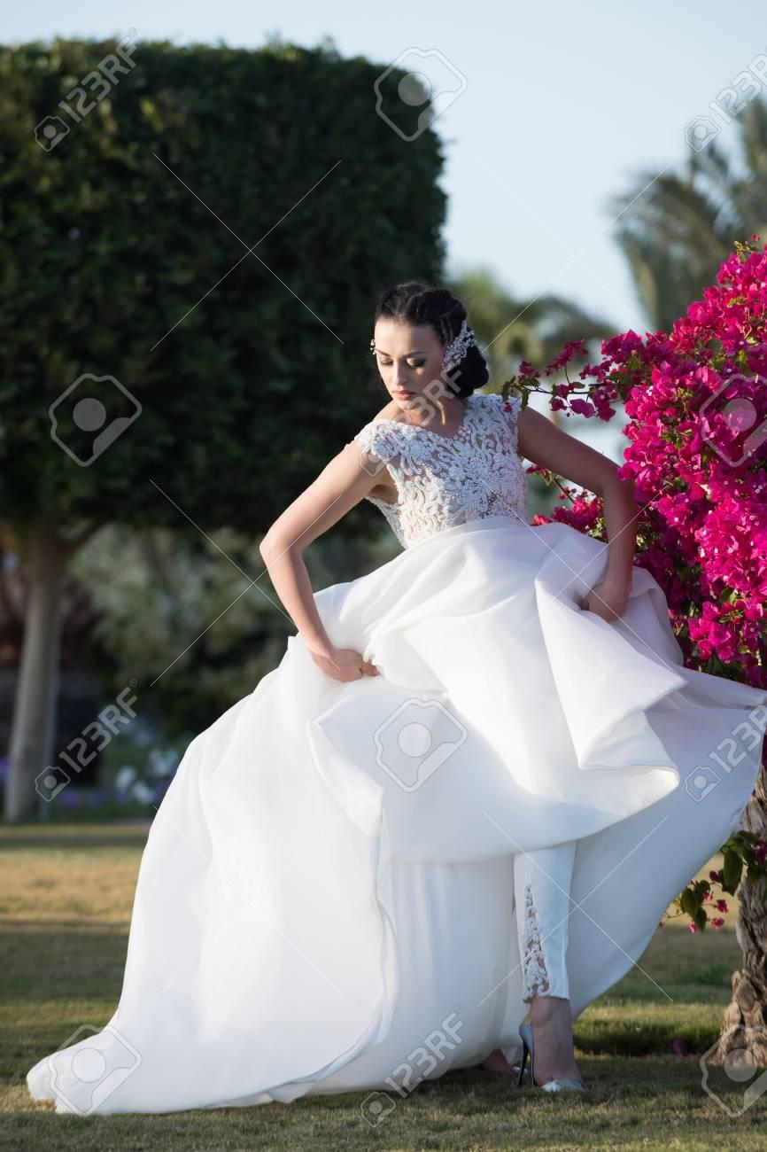 Mädchen Braut Mit Adorable Gesicht In Schönen Hochzeit Braut Weißen ...
