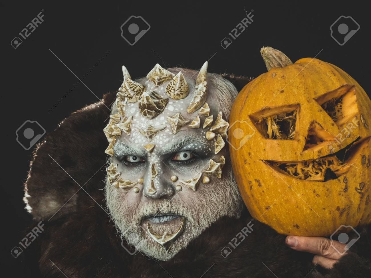 Dämon Im Pelzmantel Auf Schwarzem Hintergrund Mann Mit Orange
