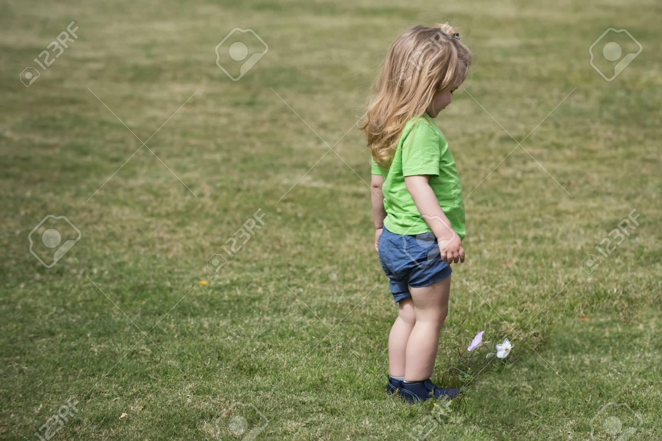 Kleiner Junge im grünen Hemd läuft und kurze Hosen, Kind i