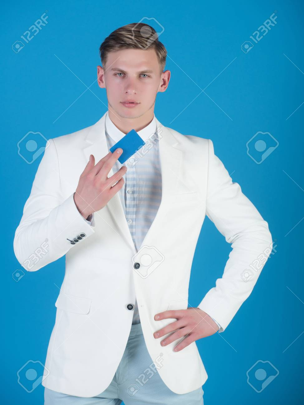 Hombre De Negocios Posando En Chaqueta Camisa Y Pantalones Blancos Hombre De Negocios De Explotacion O Tarjeta Bancaria Banca Y Ahorro Gerente De Llevar Traje Casual Sobre Fondo Azul Concepto De Moda