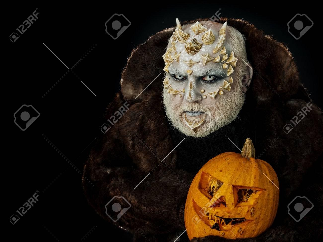 Mann Mit Orange Kürbis Monster Mit Drachenhaut Und Grauem Bart Auf